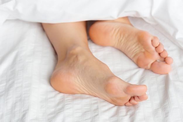 ベッドの上の完璧で美しい女性の足