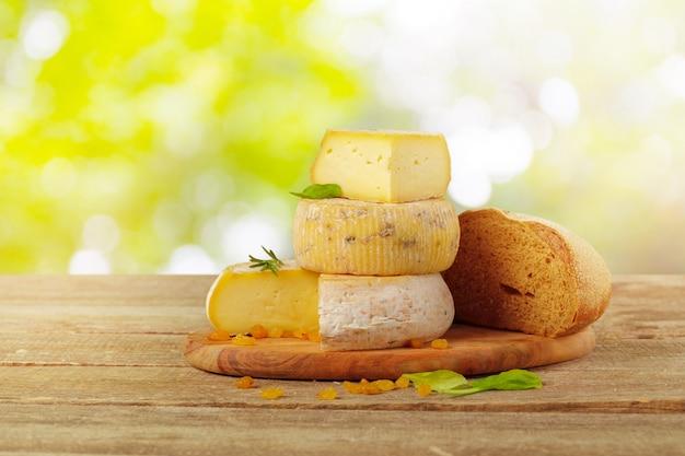 Вкусная красивая сырная композиция на деревянной доске