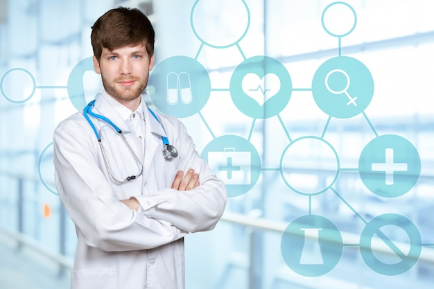 Молодой уверенно врач мужчина в медицинском халате
