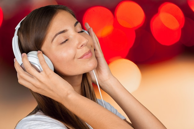 Портрет красивой женщины студент слушает музыку