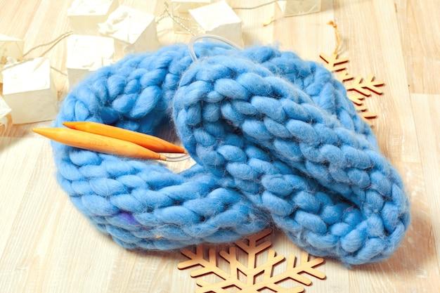 組成の青いニット帽子