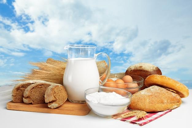 Хлеб и молоко на столе