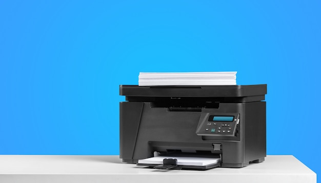 明るい色の背景上のプリンター複写機