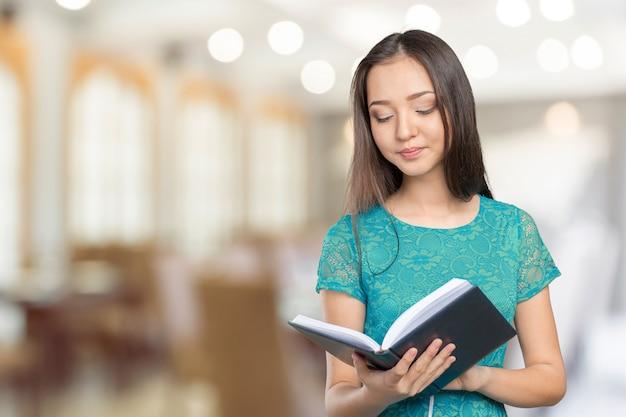 Женщина университет / студентка держит книгу