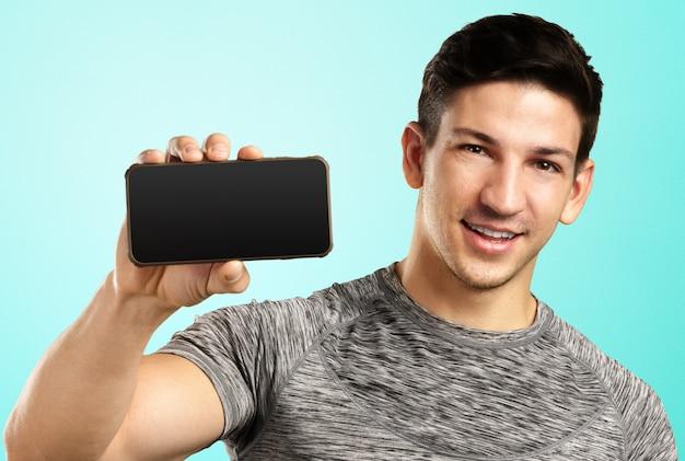 携帯電話を持つ男