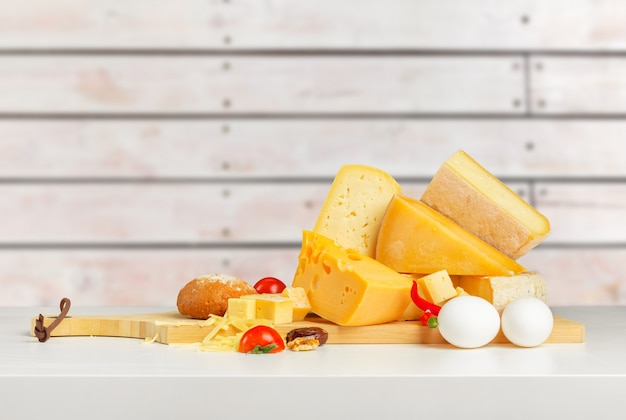 木製テーブルの上のチーズ