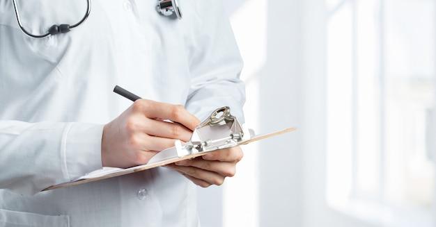 認識できない医師または医療専門家の胴体のトリミング