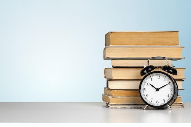 目覚まし時計と本