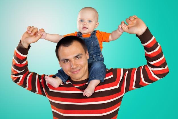 Счастливый молодой человек с ребенком на руках