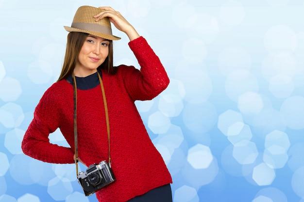 Веселая молодая женщина с камерой