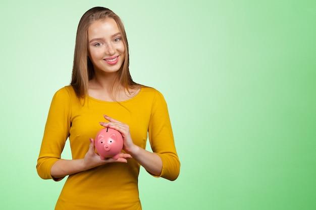 貯金箱で素敵な女性