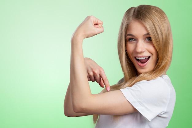 Портрет смешные женщины, показывая ее мышцы