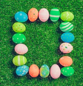 Красочные пасхальные яйца на зеленой траве