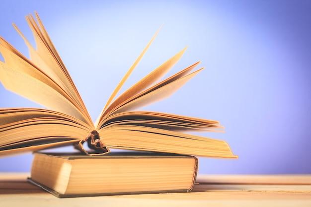 Старинные старые книги на деревянный стол