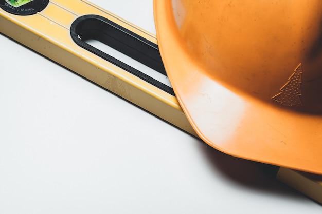 Уровень и пластик строительный шлем