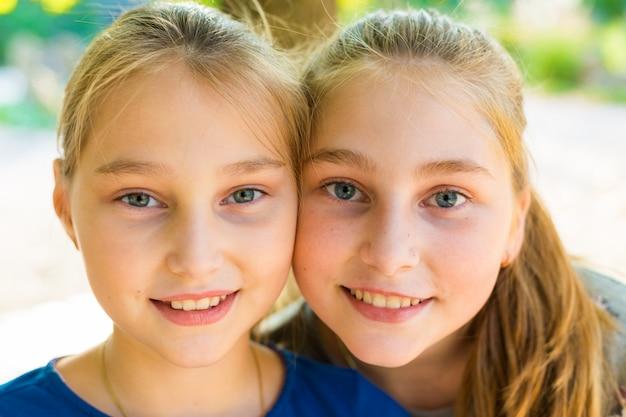 Красивые девушки позируют в парке летом