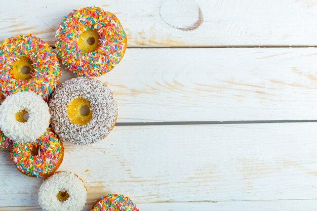 Коллекция вкусных пончиков с брызгает