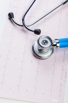 Медицинский стетоскоп на кардиограмме