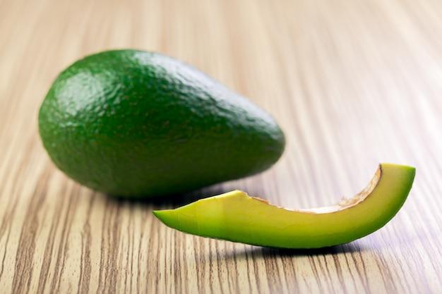Свежий ломтик авокадо и авокадо