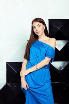 Женщина в голубом нарядном платье