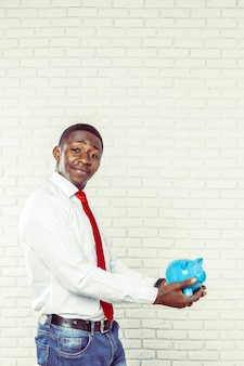 青い貯金を持つビジネスマン