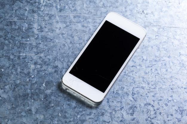 スマートフォンを床に落とす