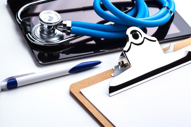 Планшет с буфером обмена, ручкой и стетоскопом