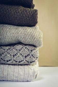 Стек уютных вязаных свитеров