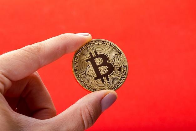 男の手に金色のビットコイン