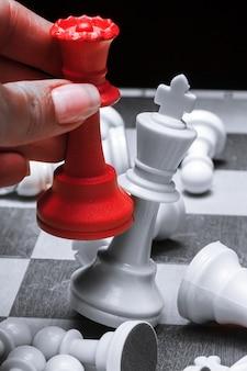 赤い女王はチェスで白い王を打つ