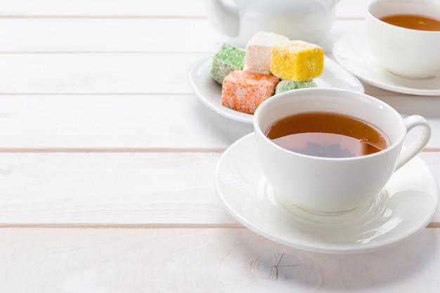 木製のテーブルのお茶