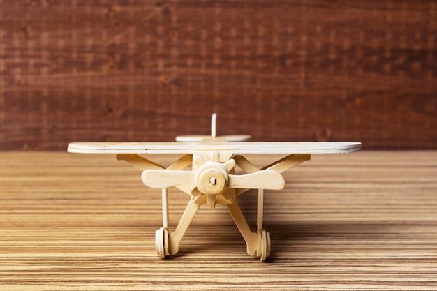 テーブルの上のおもちゃの飛行機