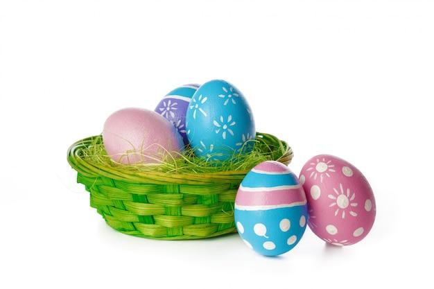 Пасхальные яйца изолированные на белизне