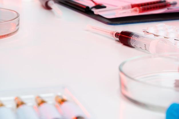 Крупный план пробирок, расположенных на столе в медицинской лаборатории