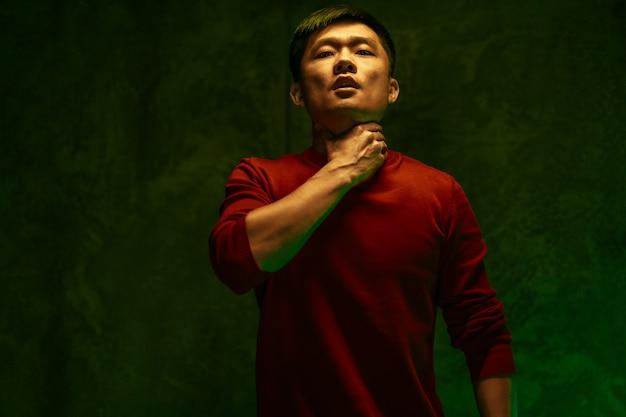 Коронавирусом заразился китаец, задыхающийся. портрет близкий вверх