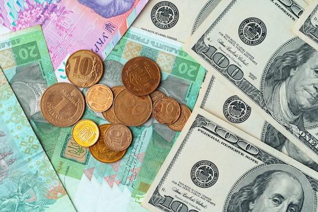 ウクライナのお金グリブナと米ドル紙幣を一緒にクローズアップ