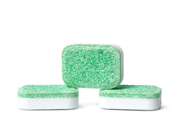 白い背景の上の食器洗い機の錠剤を分離します。