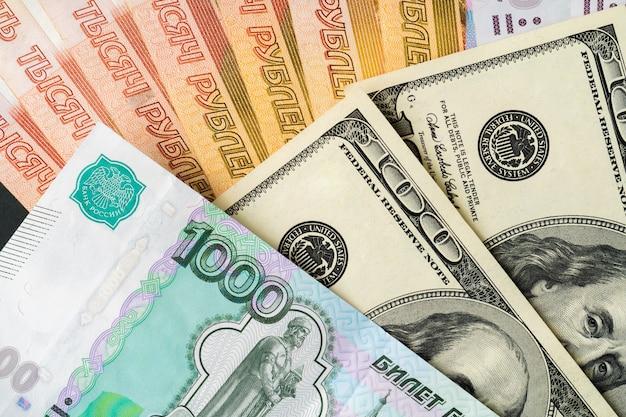 米ドルとロシアルーブルの紙幣をクローズアップ