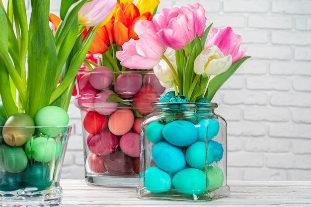 イースター装飾。着色された卵と花の花束