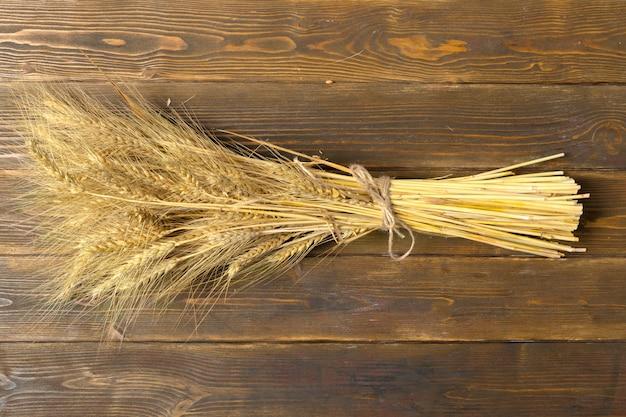 木製のテーブルの上の小麦の穂
