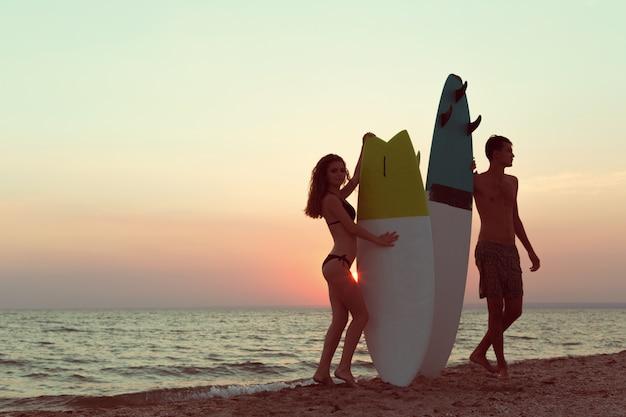 夏に楽しんでビーチでサーファー