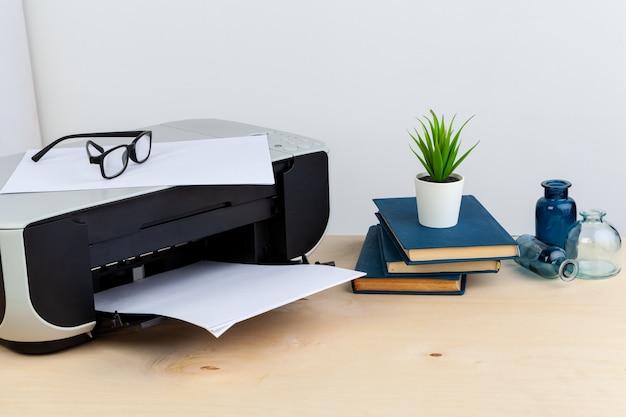 木製のテーブルにオフィスプリンターをクローズアップ