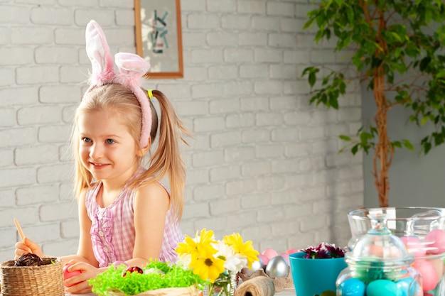 Маленькая девочка ест красочные пасхальные конфеты крупным планом