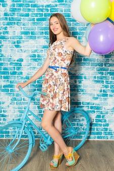 自転車立っていると幸せな女