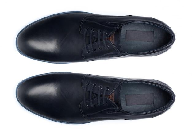 Классические мужские кожаные туфли, изолированные на белом, вид сверху.