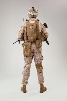 Вид сзади военнослужащего армии сша морской пехоты оператора студии выстрелил портрет