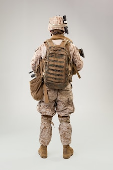 Портрет молодого американского солдата морской пехоты сша на сером фоне