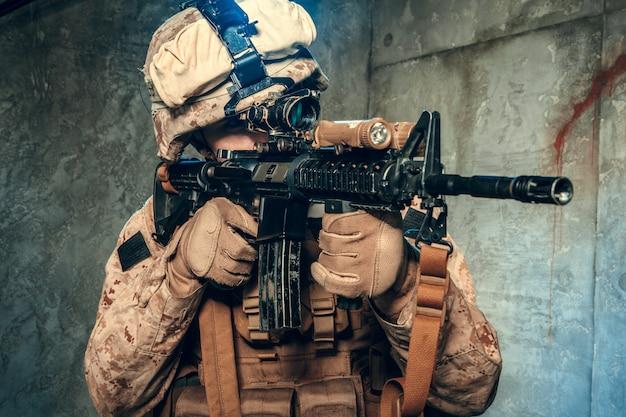 Американский частный военный подрядчик стреляет из винтовки. студийный снимок