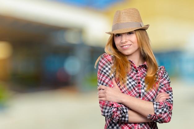 麦わら帽子でスリムなかなり若い女の子