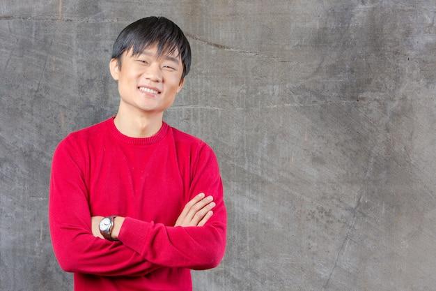 笑みを浮かべてハンサムな若いアジア人
